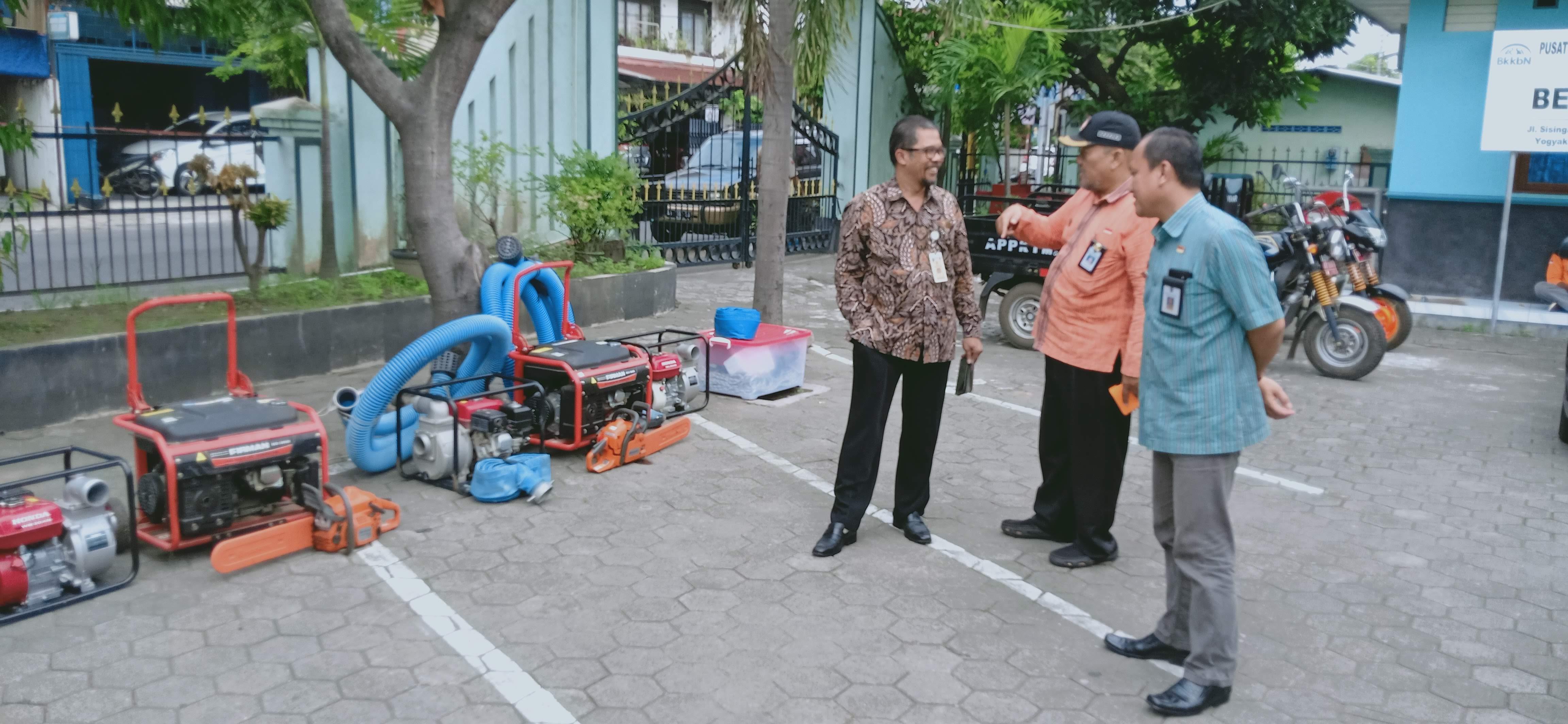 Kepala BPBD DIY, Kepala BPBD Kota Yogyakarta dan Camat Mergangsan melihat sarpras kebencanaan